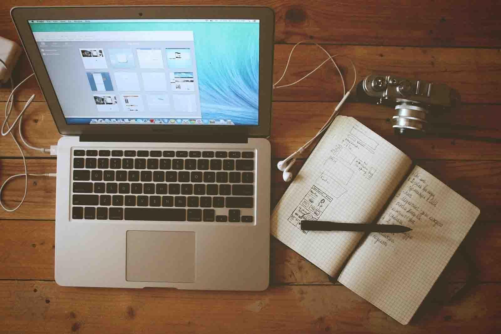 laptop marketing digital brand